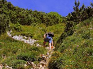 Un randonneur qui gravit une montagne